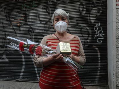 Pilar Astorga, sostiene el adoquín dorado colocado en la calle donde vivía su tío, deportado a un campo de concentración nazi.
