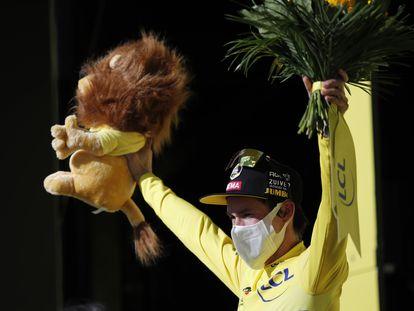 El líder del Tour, Primoz Roglic, el jueves en el podio.