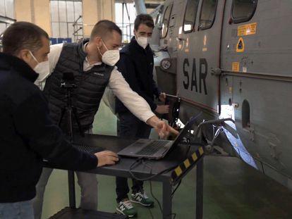 El equipo de Sicnova realiza trabajos en un helicóptero del Ejército del Aire.