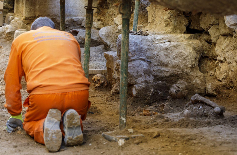 Un arqueólogo trabaja en la excavación para encontrar al rebelde irlandés Red Hugh O'Donnell en Valladolid.