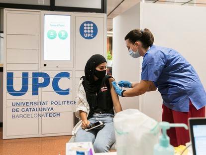 Una enfermera vacuna a una estudiante en la Escuela Politécnica Superior de Edificación de la Facultad de Arquitectura de la Universidad Politécnica de Cataluña.