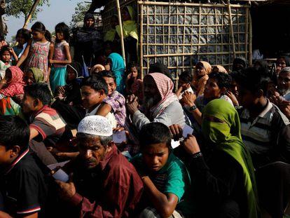 Refugiados rohingya esperan ayuda en el campo de refugiados en Kutupalong, cerca de Cox's Bazar en Bangladés.