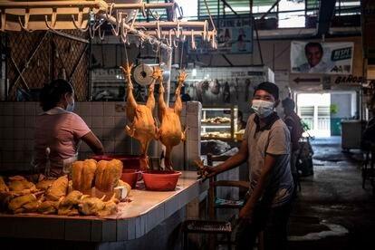 Una mujer vende pollos en un mercado de Acapulco, Guerrero, el pasado 2 de mayo.