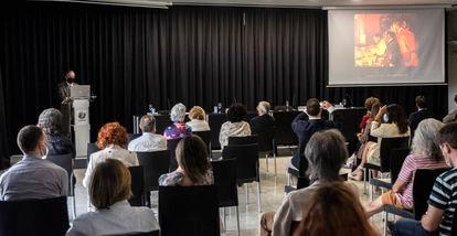 El investigador del CSIC Carlos Briones imparte la conferencia 'Un diálogo entre arte y ciencia: del Cosmos a la Vida, lienzo a lienzo' en el Círculo de Bellas Artes, en Madrid.