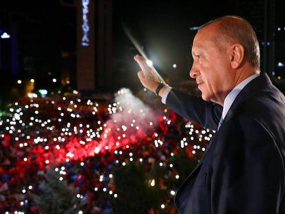 Erdogan saluda a sus seguidores desde la sede del AKP.
