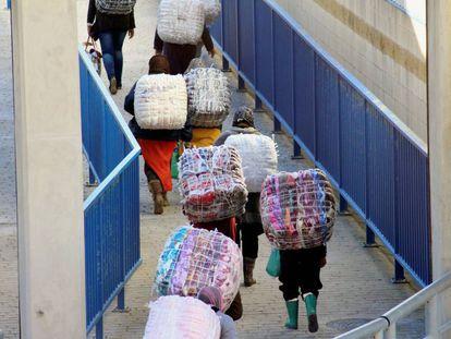 Paso por la frontera del Tarajal, en Ceuta. Dos porteadoras murieron ayer en una avalancha en la cola.