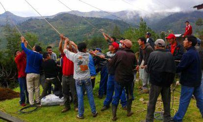 La comunidad se organiza para reparar el suministro eléctrico.