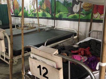 Halima, de seis meses duerme en una de las camas del centro de MSF donde se trata a niños con desnutrición.