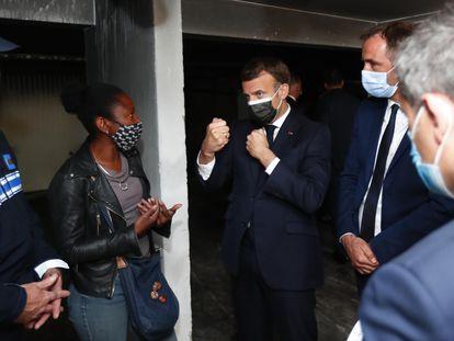 El presidente francés, Emmanuel Macron, durante su visita al barrio La Mosson de Montpellier, este lunes.