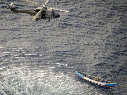 Evacuación de los tres supervivientes, dos hombres y una mujer, desde un helicóptero del Servicio de Búsqueda y Rescate (SAR), este lunes a más de 590 kilómetros al sur de El Hierro.