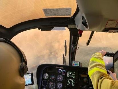 Imágenes desde el helicóptero de mando del Infoca que trabaja en el incendio forestal en Sierra Bermeja, del pasado domingo.