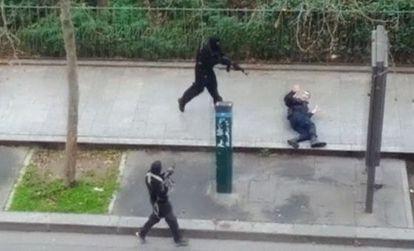 Momento en el que uno de los terroristas asesina al policía Ahmed Merabat, el miércoles en París.