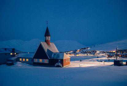 Vista nocturna de Longyearbyen, en las islas de Svalvard (Noruega), cerca del Polo Norte, en 2016.
