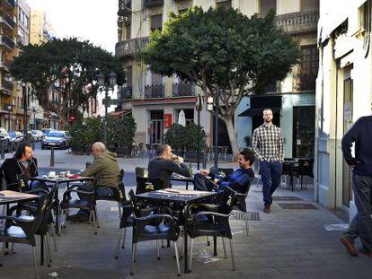 La terraza de un bar en el barrio de Russafa.
