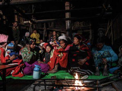 Miembros de la tribu naga esperan a ser atendidos en una clínica móvil en la aldea de Khar Lay, en Myanmar, el 5 de febrero de 2020.