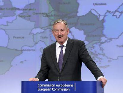 Siim Kallas presenta las previsiones económicas de la UE este lunes.