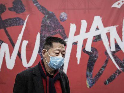 Un hombre se protege con una mascarilla en la ciudad de Wuhan, en China.