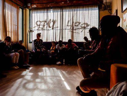 Reunión entre inmigrantes de origen africano, estudiantes senegaleses y voluntarios vascos en el gaztetxe de Arrigorriaga, en Bilbao.