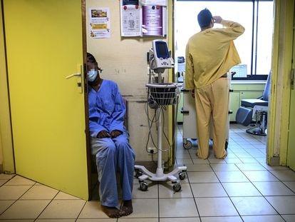 Pacientes en el centro de salud mental Ville-Evrard, en Saint- Denis (Francia), en noviembre de 2020.