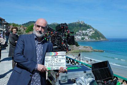 El escritor Fernando Aramburu, autor de 'Patria', durante su visita al rodaje de la serie en el verano de 2019.