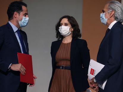 El vicepresidente Ignacio Aguado, la presidenta Isabel Díaz Ayuso y el consejero de Sanidad Enrique Ruiz Escudero, este viernes en rueda de prensa.