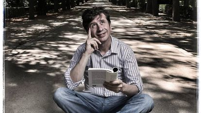 """El actor Gabino Diego, en el paseo de Coches del parque del Retiro, su """"templo de lectura""""."""