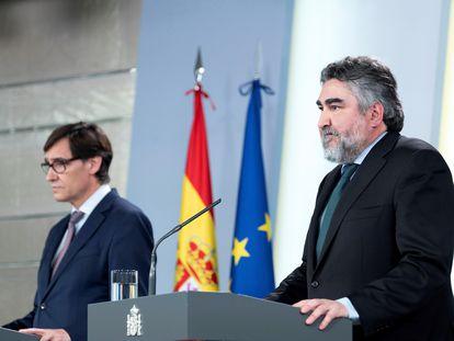 El ministro de Cultura, José Manuel Rodríguez Uribes (derecha), y el titular de Sanidad, Salvador Illa, durante la rueda de prensa ofrecida este martes en el Palacio de la Moncloa. EFE
