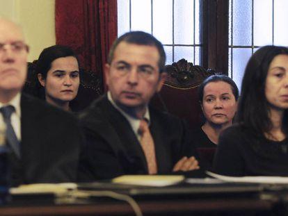 Triana Martínez (segunda por la izquierda), junto a su madre, en el juicio por el asesinato de Isabel Carrasco.