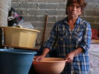 Las mujeres de los barrios más secos de la capital se encargan de resguardar el agua ante la escasez que hay en la ciudad