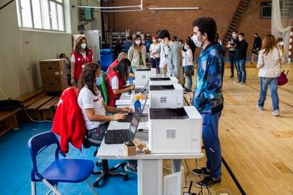 Varios estudiantes registran sus datos antes de ser vacunados contra la covid, en el campus de Ciudad Universitaria, el 14 de septiembre de 2021, en Madrid.