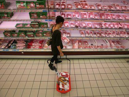 Una mujer en un supermercado gallego.