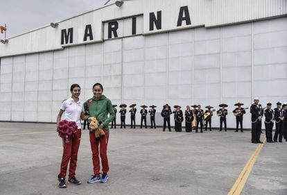 The Mexican Alegna González and Lupita González, in the hangar of the Navy, in 2018.