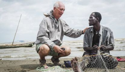 Francisco Andreo, el fundador de la MCSPA, conversa con un pescador en una de sus misiones en Kenia.