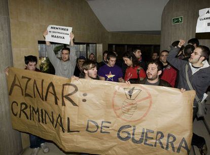Un grupo de estudiantes con una pancarta contra Aznar en la Universidad de Oviedo.