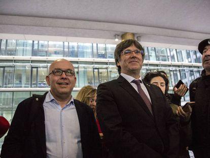 El abogado Gonzalo Boye junto al expresidente de la Generalitat de Cataluña, Carles Puigdemont, a la salida de la fiscalía de Bruselas.