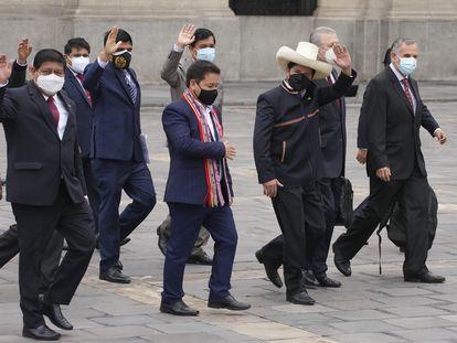 Pedro Castillo, con sombrero, junto al ministro de Economía (a la izquierda de Castillo) y el primer ministro, Guido Bellido, a su derecha, en los alrededores del Congreso, este jueves en Lima.