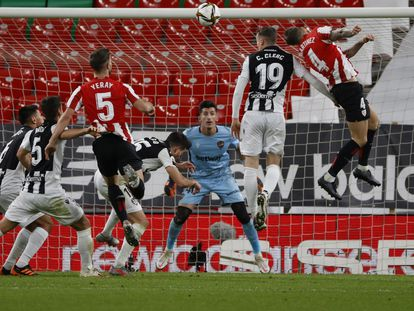 Iñigo Martínez cabecea el gol del empate ante el Levante.