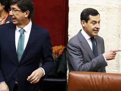 Los dirigentes andaluces de Ciudadanos y PP, Juan Marín y Juan Manuel Moreno, el 27 de diciembre pasado en el Parlamento de Andalucía.