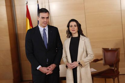 Inés Arrimadas, con Pedro Sánchez en una reunión en diciembre de 2019 para las negociaciones de la investidura.