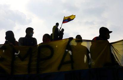 Manifestantes ondean una bandera durante una protesta contra la reforma tributaria del gobierno del presidente Iván Duque en Bogotá, Colombia, el 1 de mayo de 2021. REUTERS / Luisa Gonzalez