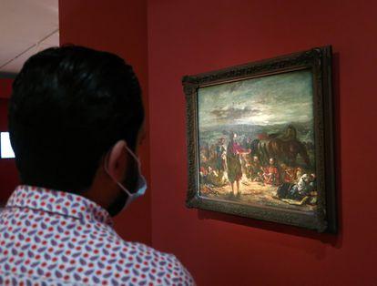Un visitante observa, en el museo Mohamed VI, una pintura de la exposición 'Eugène Delacroix, recuerdos de un viaje a Marruecos'.