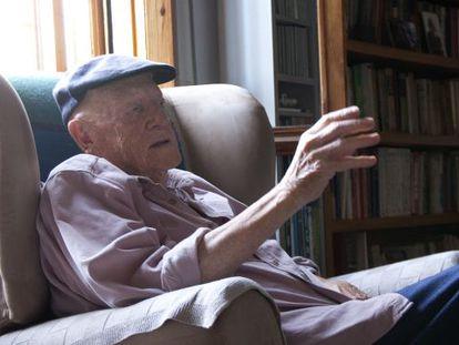 El escritor vasco Ramiro Pinilla, en su casa de Getxo, en septiembre de 2014,