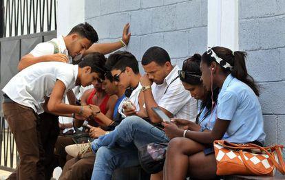 Jóvenes acceden a Internet en el primer punto de Wi Fi gratuito de Cuba.