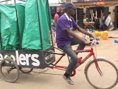 Un recolector de residuos con su bicicleta modificada.