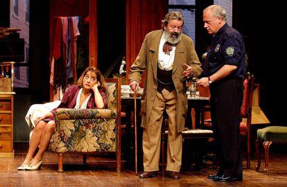 Juan José Otegui (center) with Juan Echanove and Rosa Manteiga, in 'El price'.