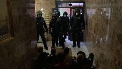 Activistas de la PAH tratan de impedir con una sentada la entrada de los agentes de policía en el piso de Manuela y Jesús.