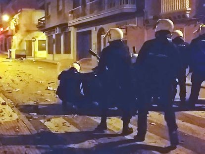 Disturbios en Linares el pasado sábado tras la agresión de dos agentes a un vecino de la localidad y su hija de 14 años.