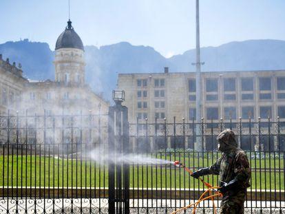 Personal militar desinfecta la residencia oficial del presidente de Colombia, en Bogotá.