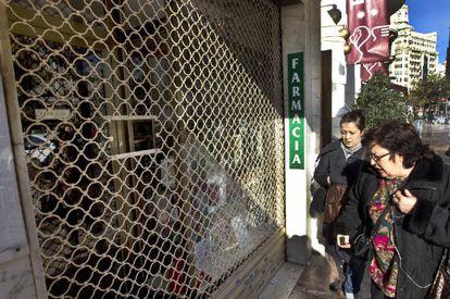 La farmacia de la mujer de Francisco Camps, cerrada por la protesta.