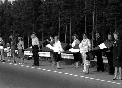 Ciudadanos lituanos se cogen de las manos para formar una cadena humana en la Vía Báltica, cerca de Riga, en agosto de 1989.